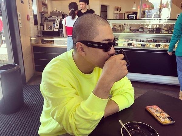 Tae Yang cạo đầu cá tính sau khi xuất ngũ. Anh chàng đang có kỳ nghỉ ở nước ngoài.