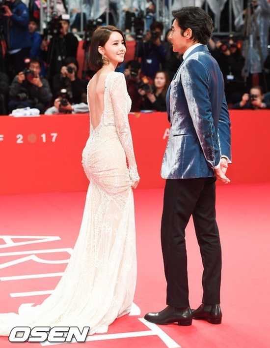 Tại liên hoan phim quốc tế Busan năm 2017, Yoona gây náo loạn với màn khoe lưng trần nõn nàgợi cảm. Bộ đầm trắng thướt tha tônđường cong tuyệt mĩ, khiến cô nàng nhận cơn mưa lời khen từ người hâm mộ.