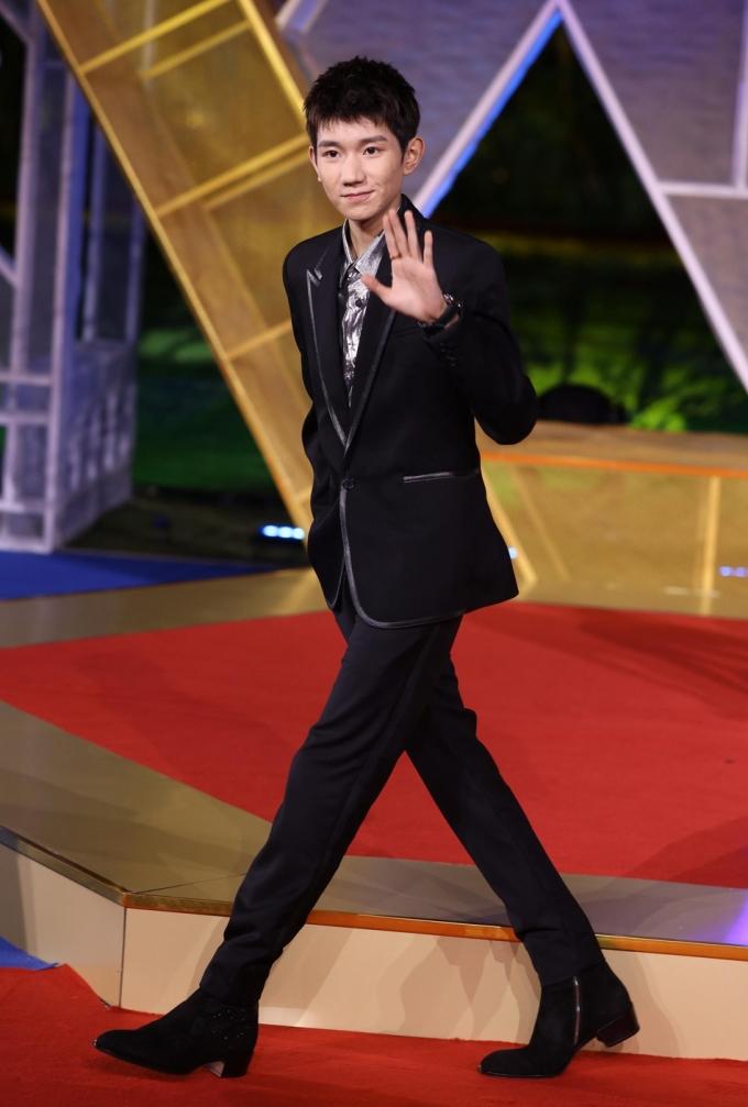<p> Vương Nguyên (TFBoys) diện vest bảnh bao nhưng lộ vẻ tiều tụy vì làn da mụn.</p>