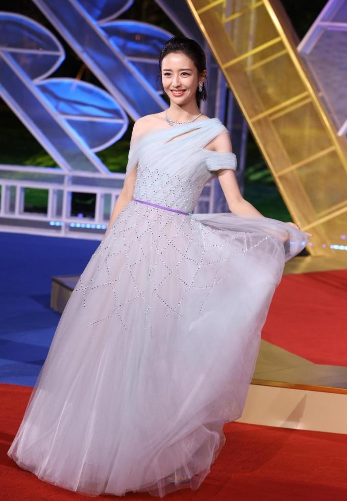 <p> Đồng Lệ Á tung váy tạo dáng lãng mạn.</p>