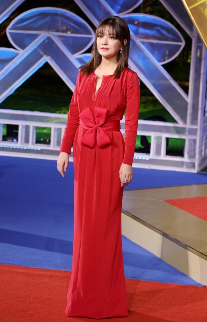 <p> Triệu Vy khoe vóc dáng mảnh mai trong bộ váy đỏ nổi bật. Ở tuổi 43, nàng Tiểu Yến Tử năm nào đã lộ dấu vết tuổi tác.</p>