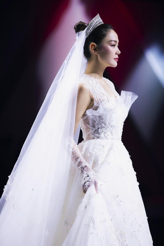 <p> Minh Hằng lộng lẫy khi hóa thân thành cô dâu. Người đẹp là vedette của BST Cinderella của NTK Huy Trần.</p>
