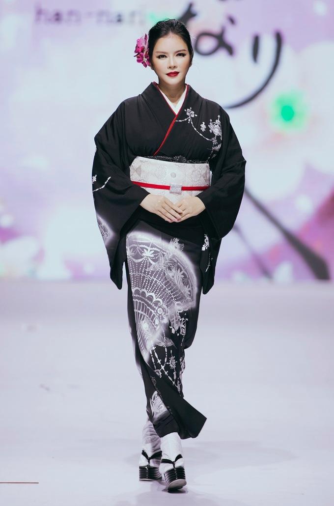 <p> Diễn viên Lý Nhã Kỳ bất ngờ xuất hiện trên sàn catwalk qua BST của NTK Hannari Ana Sacra. Màn trình diễn của cô trở thành điểm nhất của đêm diễn đầu tiên. Sau phần biểu diễn kiếm đạo, Lý Nhã Kỳ xuất hiện trong trang phục kimono tone màu trắng đen chủ đạo.</p>