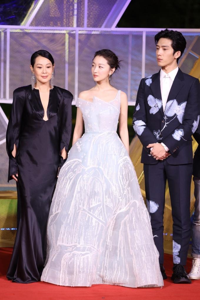 <p> Châu Đông Vũ, Tỉnh Bách Nhiên và đạo diễn Lưu Nhược Anh đại diện cho đoàn phim <em>Chúng ta của sau này.</em></p>