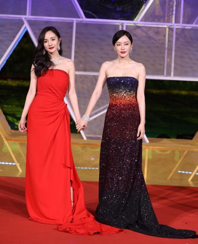 <p> Dương Mịch (trái) và Tần Lam tay trong tay bước thảm đỏ, đọ dáng với kiểu đầm quây khoe vẻ gợi cảm. Dương Mịch còn gây chú ý khi vẽ nốt ruồi trên gò má để thêm phần quyến rũ.</p>