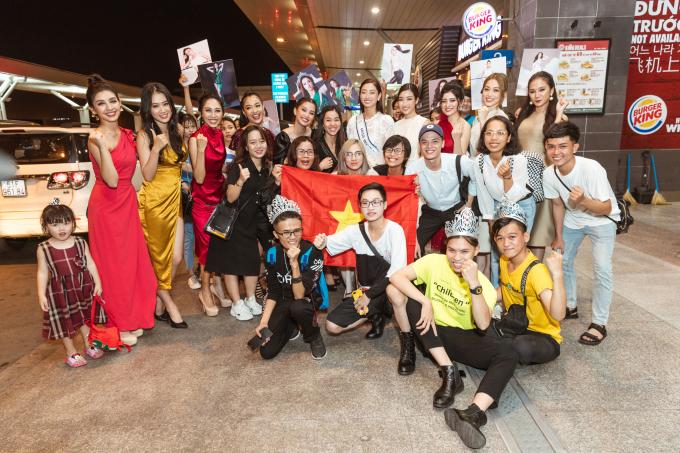 <p> Nhiều fan cũng có mặt để gửi lời chúc mừng đến Lương Thùy Linh trong giai đoạn quan trọng.</p>