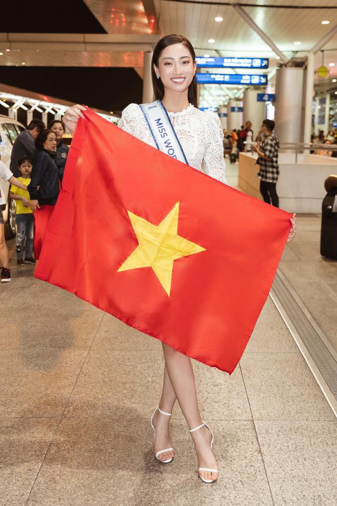<p> Lương Thùy Linh xuất hiện ở sân bay Tân Sơn Nhất với thần thái rạng ngời trong chiếc đầm ren trắng giản dị. Người đẹp chia sẻ, sự cố visa sát giờ lên đường không làm cô nao núng tinh thần. Những ngày qua, ekip của Miss World Vietnam đã tức tốc xử lý visa để Lương Thùy Linh qua London, Anh sớm nhất có thể.</p>