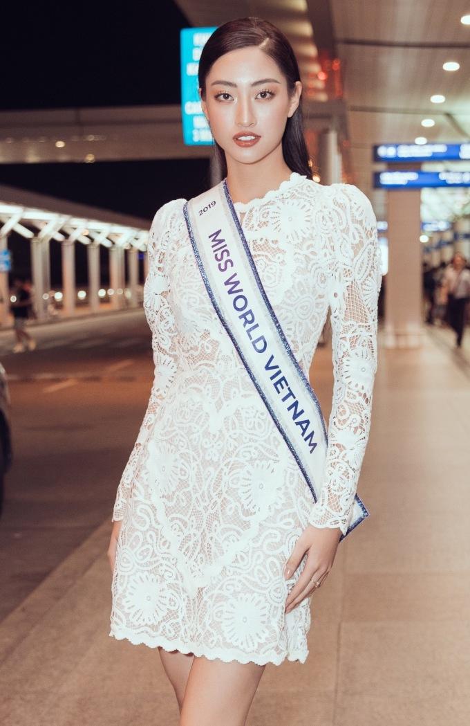 <p> Lương Thùy Linh sinh năm 2000, đăng quang Miss World Vietnam hồi tháng 8/2019. Cô cao 1,78m, số đo 3 vòng 89 - 62 - 92cm. Người đẹp Cao Bằng có 3 tháng để chuẩn bị dự án nhân ái, các trang phục dự thi, và rèn luyện vóc dáng, kỹ năng sân khấu...</p> <p> Miss World sẽ diễn ra trong khoảng một tháng với các hoạt động và các phần thi phụ khác nhau. Đêm chung sẽ diễn ra vào ngày 15/12 tại London, Anh.</p>