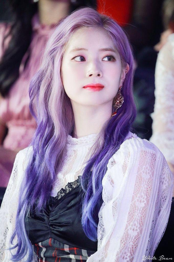 <p> Với làn da trắng sứ cùng đường nét ngây thơ, Da Hyun chinh phục được nhiều màu tóc kén da như tím, tím xanh, xanh biển, xanh lá cây, vàng, đỏ...</p>