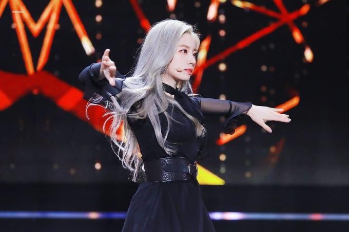 <p> Khi để tóc màu xám bạc, Da Hyun được khen đầy thần thái, kiêu sa.</p>