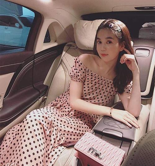 Từ khi đổi sang phong cách cool ngầu, Ngọc Trinh ít khi mặc đầm bánh bèo như xưa. Mỗi lần quay lại style này, cô trông có phần sến sẩm.