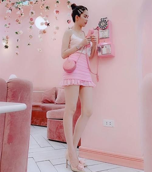 Mỗi khi diện đồ hồng, Ngọc Trinh còn có sở thích mix nguyên cây gam màu này, từ váy áo cho đến phụ kiện. Điều này khiến trang phục trông càng thêm sến.