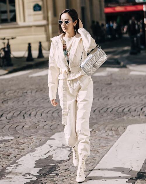 Hà Thu cho biết gần đây cô thường học hỏi phong cách của Ngọc Trinh. Thời trang ra phố tuần qua của chân dài dù có màu sắc đối lập đàn chị nhưng cách phối đồ cool ngầu khá tương đồng.