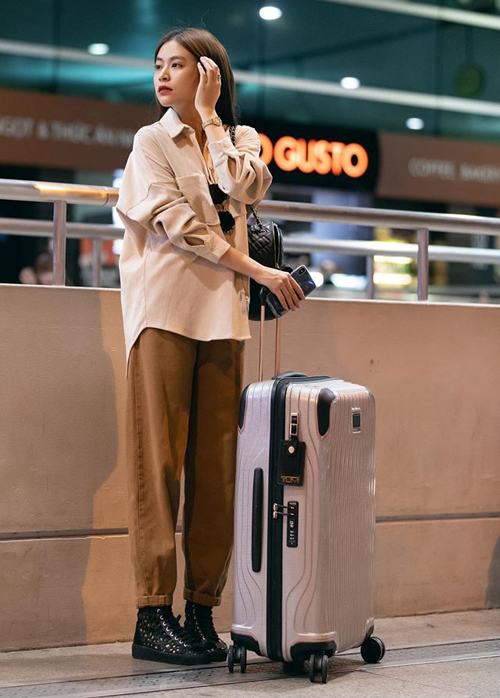 Hoàng Thùy Linh ghi điểm với bộ cánh sơ mi mix quần jeans tông nâu be. Cả cây đồ Zara giá bình dân nhưng vẫn được khen chất lừ.