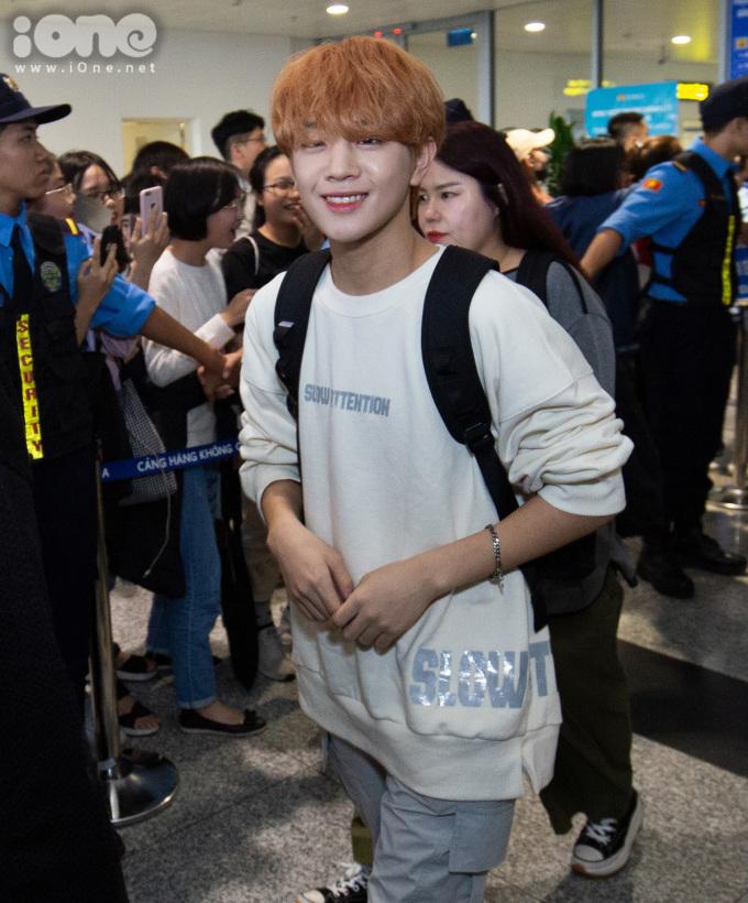 <p> Jang Munik ''đốn tim'' người hâm mộ bằng nụ cười ngọt ngào.</p> <p> Lễ trao giải thưởng Asia Artist Awards (AAA) ra đời năm 2016. Đây là lễ trao giải tôn vinh những thành tựu xuất sắc và đóng góp của các nghệ sĩ châu Á trong lĩnh vực điện ảnh và âm nhạc. Qua 3 năm tổ chức, chương trình thu hút sự tham của hơn 150 nghệ sĩ hàng đầu xứ Hàn.</p> <p> Năm nay, sự kiện được tổ chức tại Việt Nam - đánh dấu lần đầu tiên AAA bước chân ra khỏi lãnh thổ Hàn Quốc. Đêm trao giải diễn ra vào 26/11 tại Sân vận động Mỹ Đình, Hà Nội.</p>