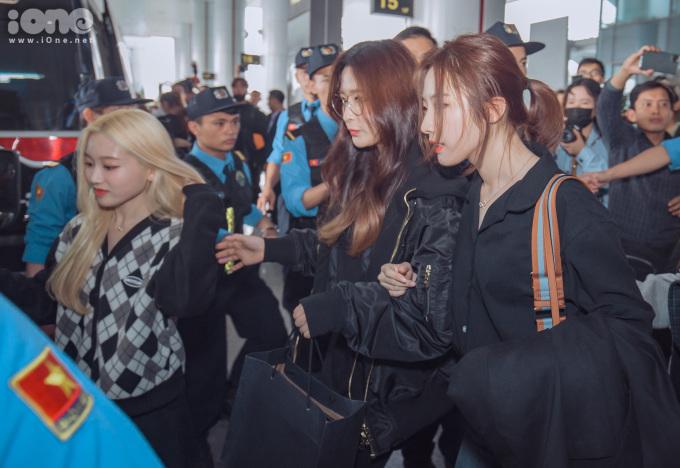 <p> Các nữ thần tượng xứ Hàn khoác tay nhau ra xe, chuẩn bị về khách sạn và sẵn sàng luyện tập cho sự kiện AAA 2019.</p>
