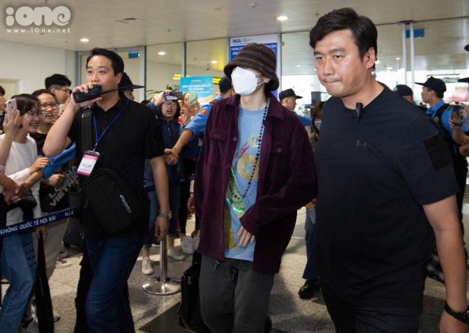 <p> ZICO trùm kín mít và được bảo vệ nghiêm ngặt khi đáp xuống sân bay Hà Nội.</p>