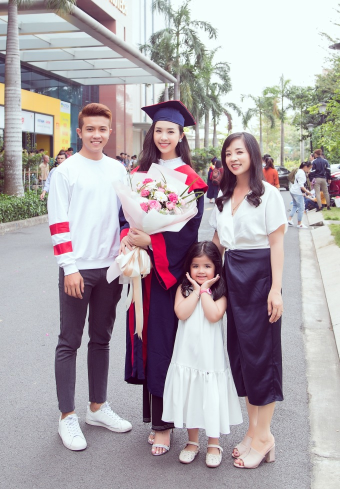 <p> Gia đình gồm mẹ, em trai, em gái cũng có mặt để chúc mừng Thúy An.</p>