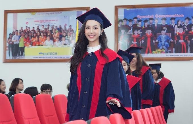 <p> Á hậu Thúy An rạng rỡ trong bộ đồ cử nhân trong ngày nhận bằng tại ĐH Công nghệ TP HCM. Cô tốt nghiệp chuyên ngành Quản trị kinh doanh Viện Công nghệ Việt Nhật.</p>