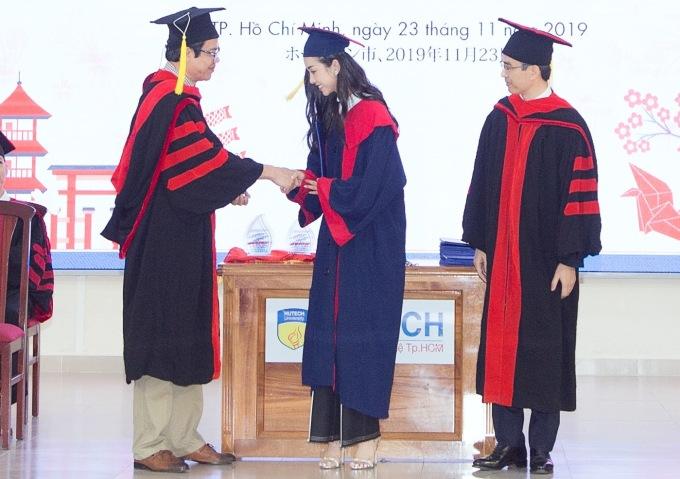 <p> Sau khi đăng quang Á hậu 1 Hoa hậu Việt Nam 2018, Thúy An lựa chọn tiếp tục hoàn thành con đường học vấn, sau đó mới chuyên tâm cho các hoạt động nghệ thuật. Cô bày tỏ niềm vinh dự khi được đại diện nhà trường bắt tay, trao bằng trực tiếp.</p>