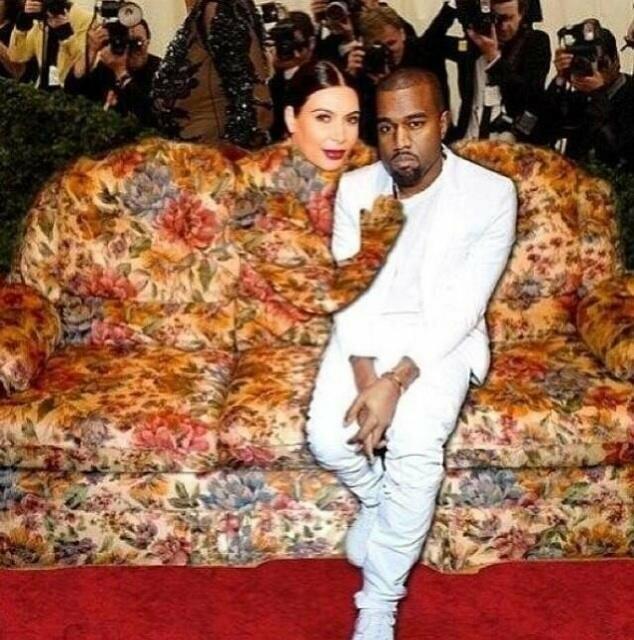 Chiếc váy năm đó của Kim còn bị chế ảnh thành ghế sofa.