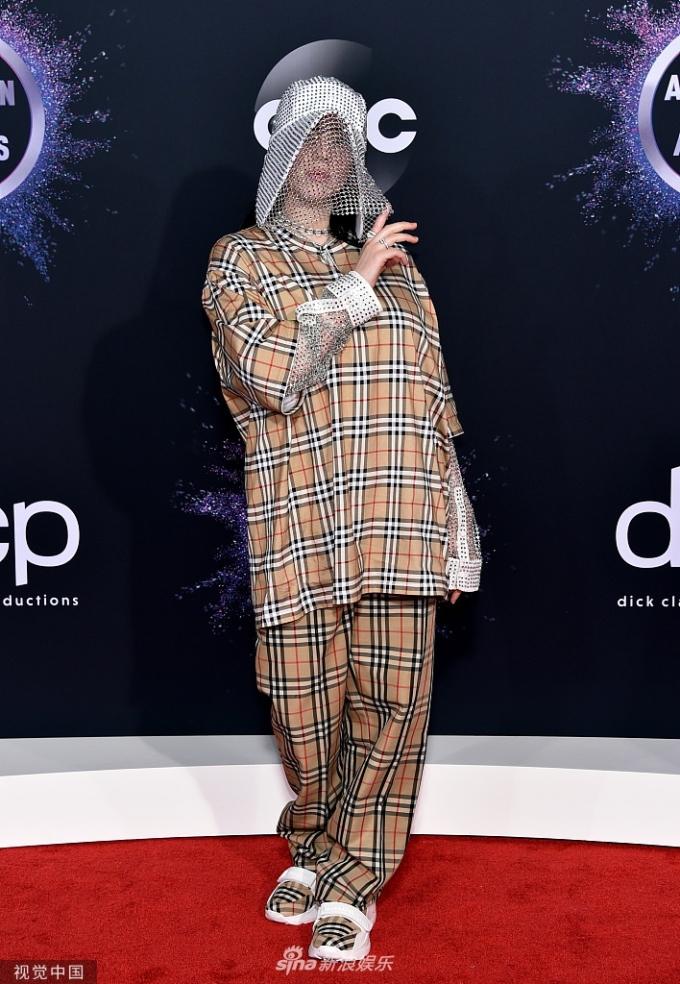 <p> Billie Eilish gây chú ý với bộ đồ khác biệt, đội mũ mạng che.</p>