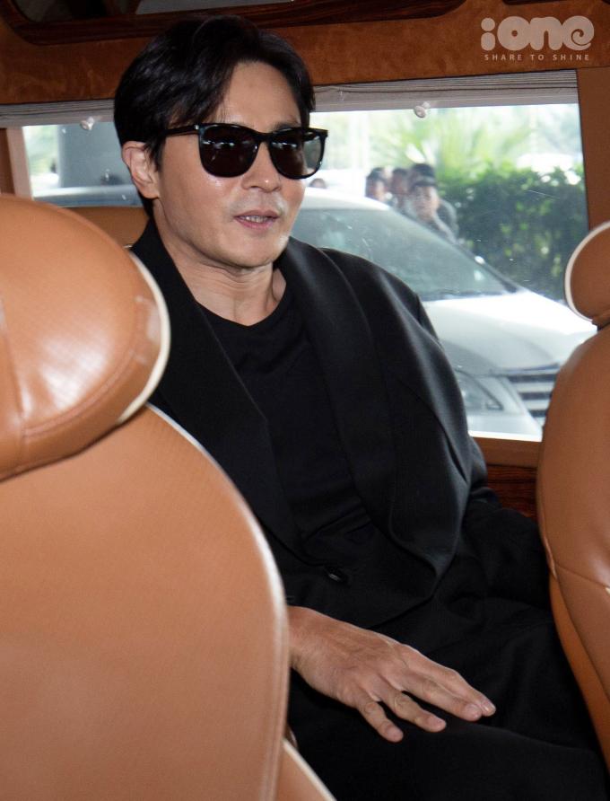 <p> Nam diễn viên 47 tuổi giữ nụ cười tươi trong suốt quãng đường di chuyển từ sân bay lên xe.</p>