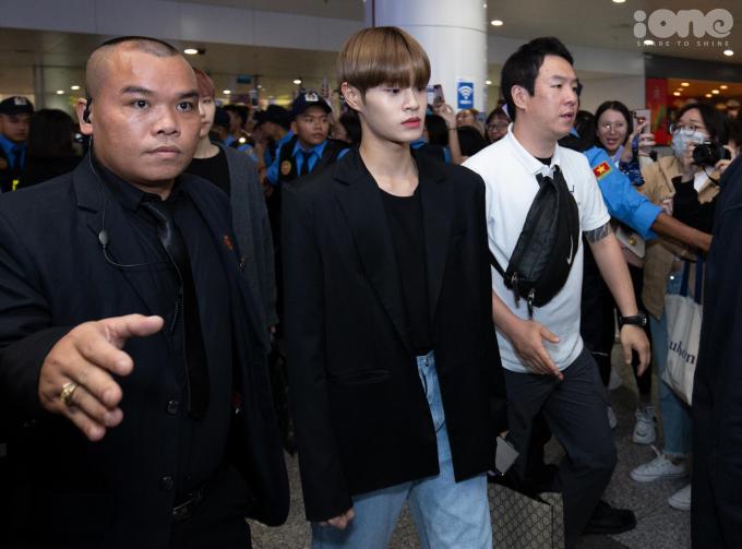 <p> Lee Dae Hwi dẫn đầu nhóm AB6IX đi ra cửa sân bay dưới sự bảo vệ của nhân viên an ninh.</p>