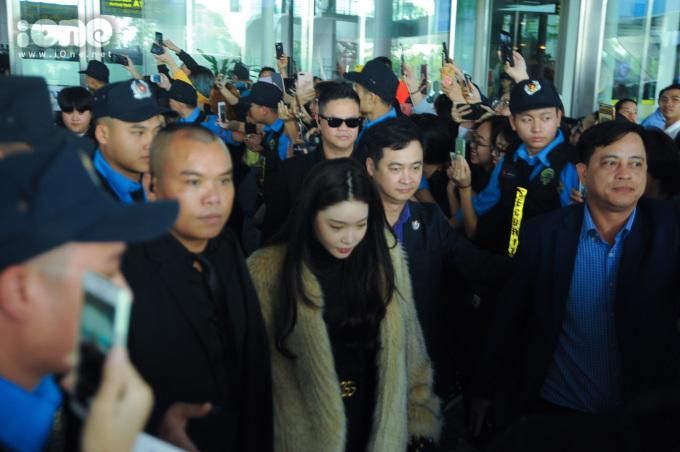 <p> Chung Ha được bảo vệ cẩn thận khi xuống sân bay.</p>