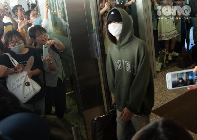 <p> Các thành viên GOT7 đều che chắn kín mít khi xuống sân bay. Khi nhóm xuất hiện, nhiều fan nữ cuồng nhiệt hét vang tên nhóm.</p>