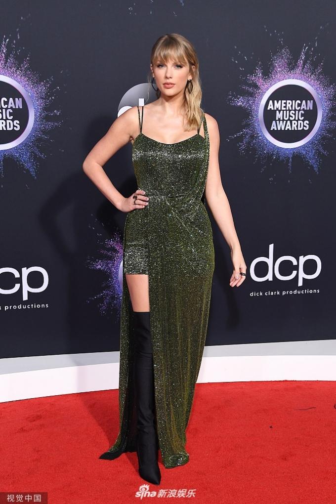 <p> Taylor Swift chọn thiết kế màu rêu bắt sáng lấp lánh.</p>
