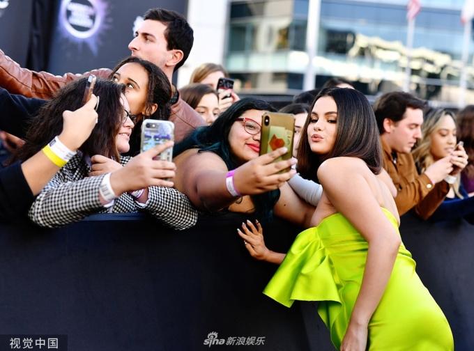 <p> Selena thân thiện chụp hình cùng các fan. Cô sẽ biểu diễn ca khúc mới<em> Lose You to Love Me</em> trong lễ trao giải AMAs. Selena từng thừa nhận ca khúc này nói về chuyện tình trắc trở với Justin Bieber.</p>
