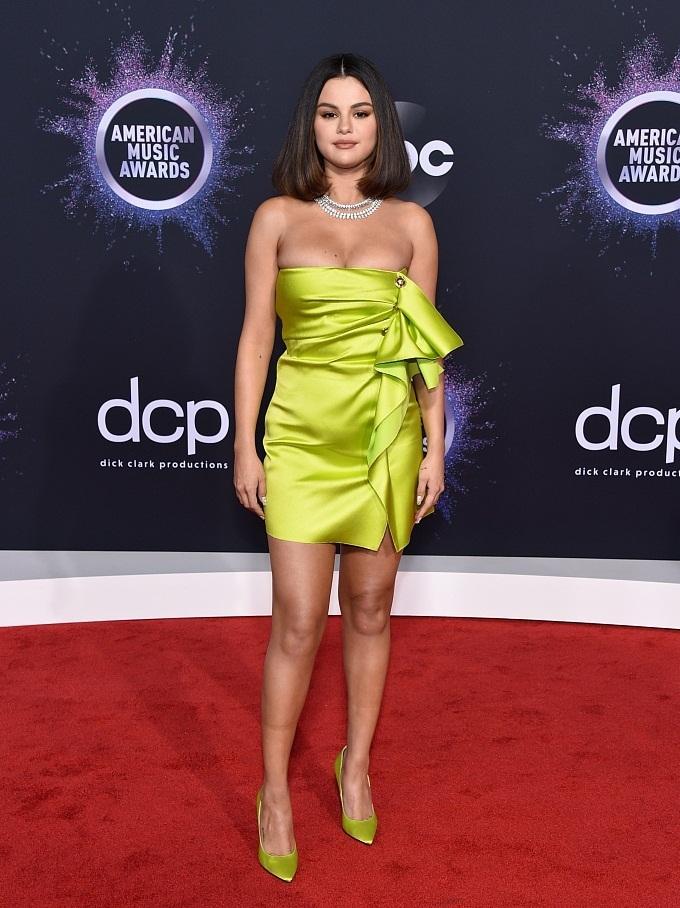 <p> Selena Gomez xuất hiện nổi bật với chiếc váy quây ngắn màu xanh neon, o ép vòng một nảy nở.</p>