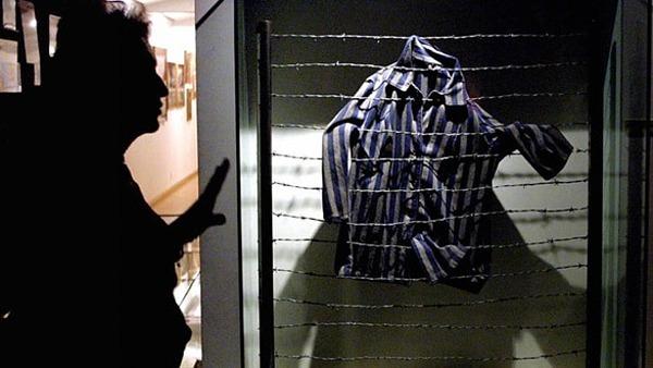 Áo của tù nhân Do Thái  trưng bày tại Bảo tàng Holocaust ở Thành phố Mexico. Ảnh: AFP.