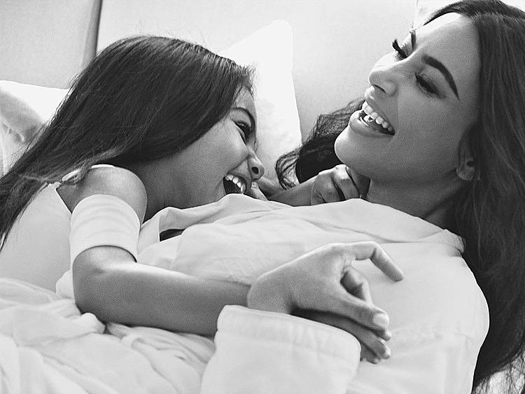 Ảnh Mario Testino chụp Kim và con gái.