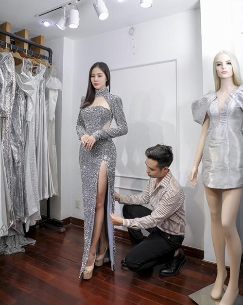 Hoàng Hạnhđảm nhận vai trò first - face. Thiết kế xẻ đùi tôn lên đôi chân dài 115 cm của Á hậu Sắc đẹp châu Á.