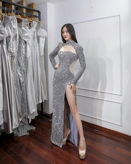 Hoàng Hạnh cho biết cô hào hứng khi được trình diễn trong show thời trang kỷ niệm chặng đường 5 năm làm nghề của Nguyễn Minh Tuấn. Đang bị sốt nhưng Hoàng Hạnh vẫn gượng dậy uống thuốc và đến thử đồ đúng giờ để không ảnh hưởng đến show diễn.