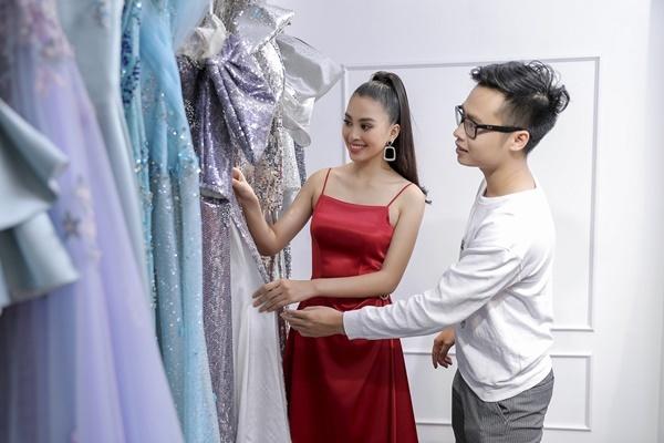 Tiểu Vyđảm nhận vai trò vedette tạiPower Fashion Show của NTK Nguyễn Minh Tuấn. Cô cột tóc cao, trang điểm nhẹ nhàng, tới showroom của nam nhà thiết kếđể thử đồ.