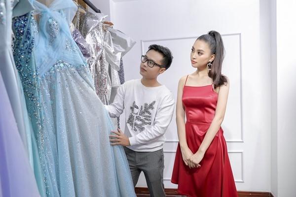 Tiểu Vy thích thú trước những thiết kế được đính kết cầu kỳ của Nguyễn Minh Tuấn. Sở hữu chiều cao 1,74 m cùng số đo ba vòng 84-63-90 cm, Tiểu Vy được NTK giao cho những thiết kế cắt xẻ táo bạo, khoe đường cong.