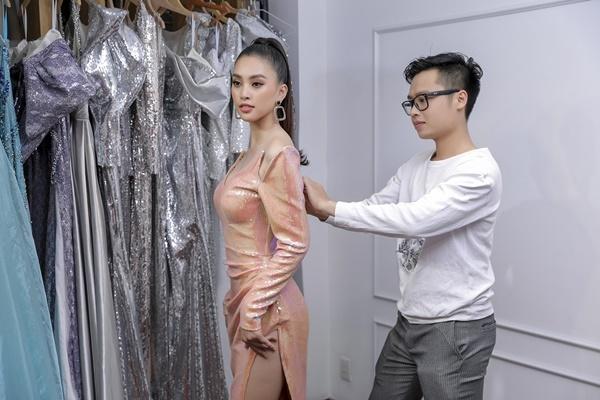 Tiểu Vy sẽ cùng các người mẫu khác trình diễn gần 50 thiết kế. Hiệu ứng sân khấu được lược bỏ để tập trung tôn vinh trang phục.