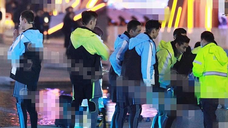 Trần Vỹ Đình chắp tay cầu nguyện, Hoàng Cảnh Du và Thần Diệc Nho lo lắng dõi theo tình hình cấp cứu ở hiện trường.