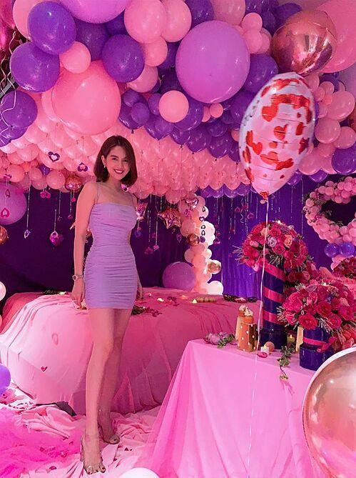 Ngọc Trinh trong căn phòng tràn ngập bóng bay, bánh kem màu hồng do bạn trai bí mật chuẩn bị dịp sinh nhật tuổi 30 hồi cuối tháng 9. Cô nói thương bạn trai vì anh luôn dành nhiều thời gian để chuẩn bị những gì cô thích.
