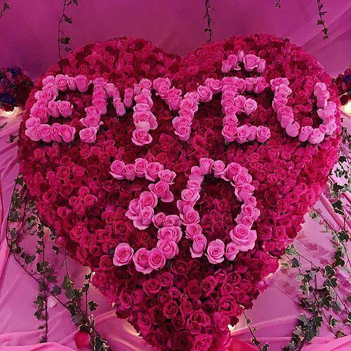Hoa tươi kết thành hình trái tim cùng dòng chữEm yêu 30 bạn trai tặng Ngọc Trinh.
