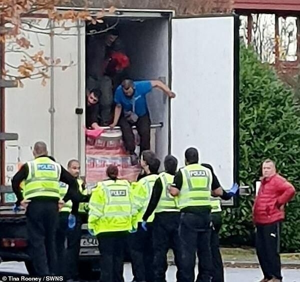 Cảnh sát Anh yêu cầu người dân ra khỏi thùng xe. Ảnh: The Sun.