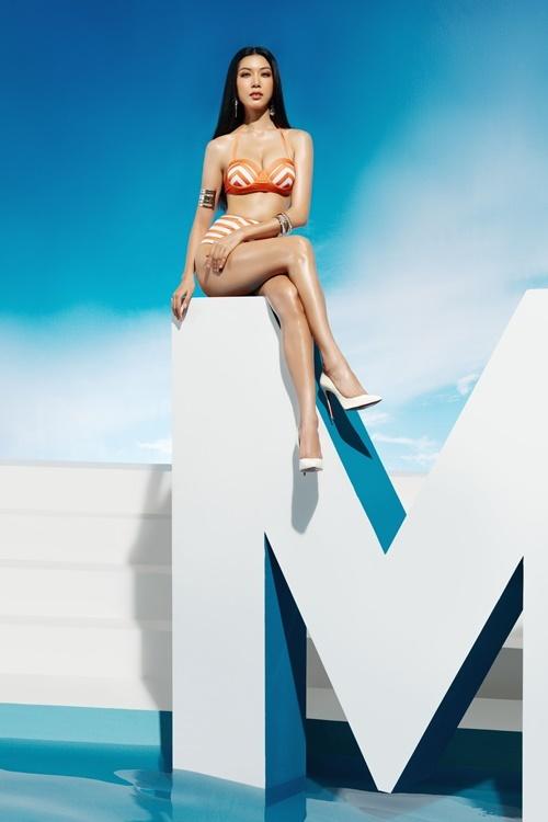 Phạm Hồng Thúy Vâncao 1,72 m, sở hữu số đo 82-60-90 cm. Cô diện bikini gam màu cam đất pha trắng.