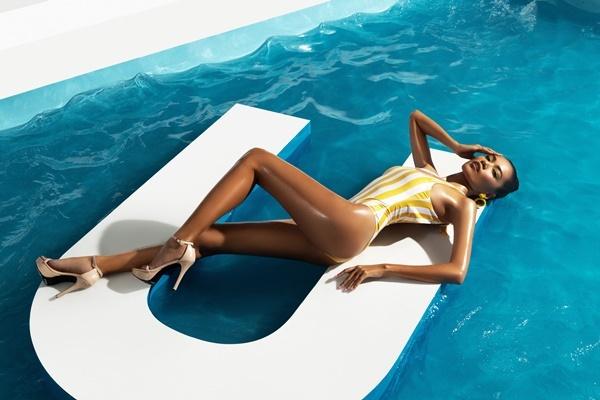 Lê Hoàng Phương cao 177 cm, sở hữu làn da nâu bóng cùng khuôn mặt hiện đại. Cô cùng các thí sinh trong top 45 được diện bikini tone vàng, vàng đồng, xanh ngọc, trắng kem mang sắc thái các công trình kiến trúc cổ đại Hy Lạp, phảng phất nét đẹp của vùng biển Santorini với tông trắng - xanh đan xen.