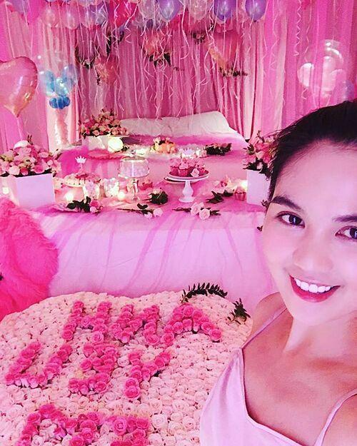 Dịp sinh nhật tuổi 29 hồi tháng 9/2018, Ngọc Trinh được bạn trai chuẩn bị một căn hồng màu hồng tràn ngập hoa tươi, bóng bay, bánh kem, nến. Cô cho biết đã khóckhi bước vào căn phòng do bạn trai bí mật chuẩn bị. Bạn trai biết cô thích màu hồng nên đã chịu khó chuẩn bị hết mọi thứ. Tất cả những gì anh làm là chỉ muốn mình được vui vẻ và hạnh phúc nhất. Đây là điều mà chưa bao giờ mình có được trong 29 năm qua. Cảm ơn anh vì tất cả!, cô viết trên trang cá nhân..