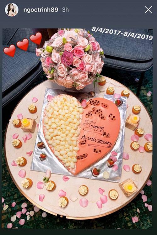 Hồi đầu tháng 4, nhân kỷ niệm hai năm yêu, bạn trai trang trí căn phòng toàn màu hồng và chuẩn bị bánh kem hình trái tim, nến, hoa trải từ phòng khách tới phòng ngủ tặng Ngọc Trinh.