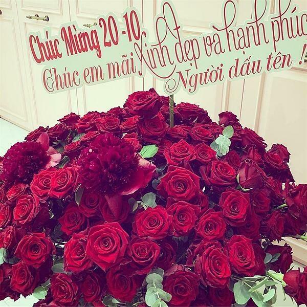 Dịp 20/10 năm ngoái, cô được bạn trai tặng một lẵng hoa hồng. Anh chúc cô mãi xinh đẹp và hạnh phúc.