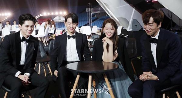 Yoona ngồi cạnh dàn diễn viên.